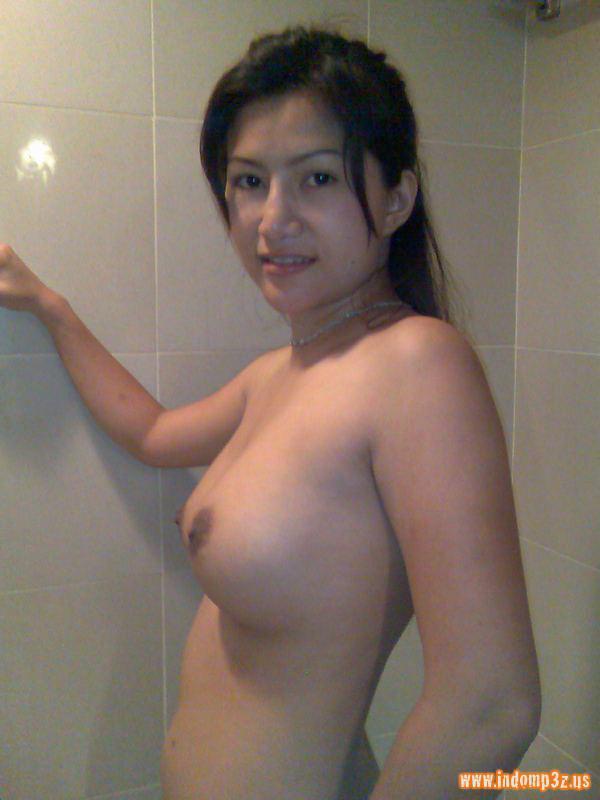 IGO - BUGIL: Tante Toge narsis dulu sebelum mandi