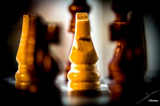 Detalle de un caballo de ajedrez y de algunas otras piezas en fotosmacro.blogspot.com