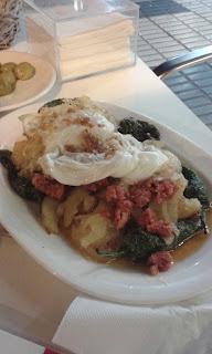 Patatas cortijeras con picadillo de chorizo, huevos y pimientos del padrón. Pick & Stay. Bodegas Campos. COVAP Shop.