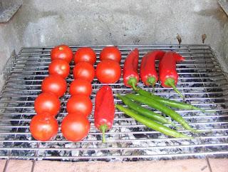 gratar, legume coapte la gratar, rosii coapte la gratar, ardei capia copti la gratar, ciusca la gratar, retete cu legume, preparate din legume, retete culinare, retete de legume, legume coapte la gratar pentru sos picant din rosii copate ardei capia si usturoi, legume la gratar pentru sos pentru friptura, preparate culinare, retete pentru gratar,