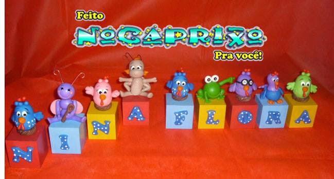 Cubos letrados com aplicações de biscuit Galinha Pintadinha