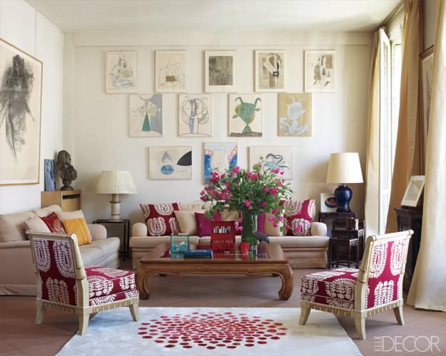 kräftiges rot-weißes Grafikmuster bestimmt den Wohnraum in der Pariser Wohnung von Sabine de Gunzburg