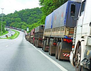 Filas de caminhões nos portos do Sudeste
