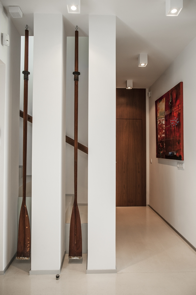 Modern hallway in the Lake Side Duplex House