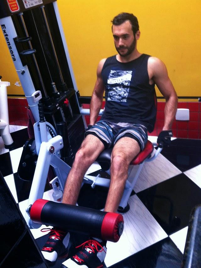 Matheus Guedes se exercita na cadeira extensora. Foto: Arquivo pessoal / Universal Gym Fitness