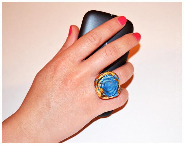 Δαχτυλίδι με υγρό γυαλί, χαρτοπολτό (papier-mache) σε μπλε απόχρωση.