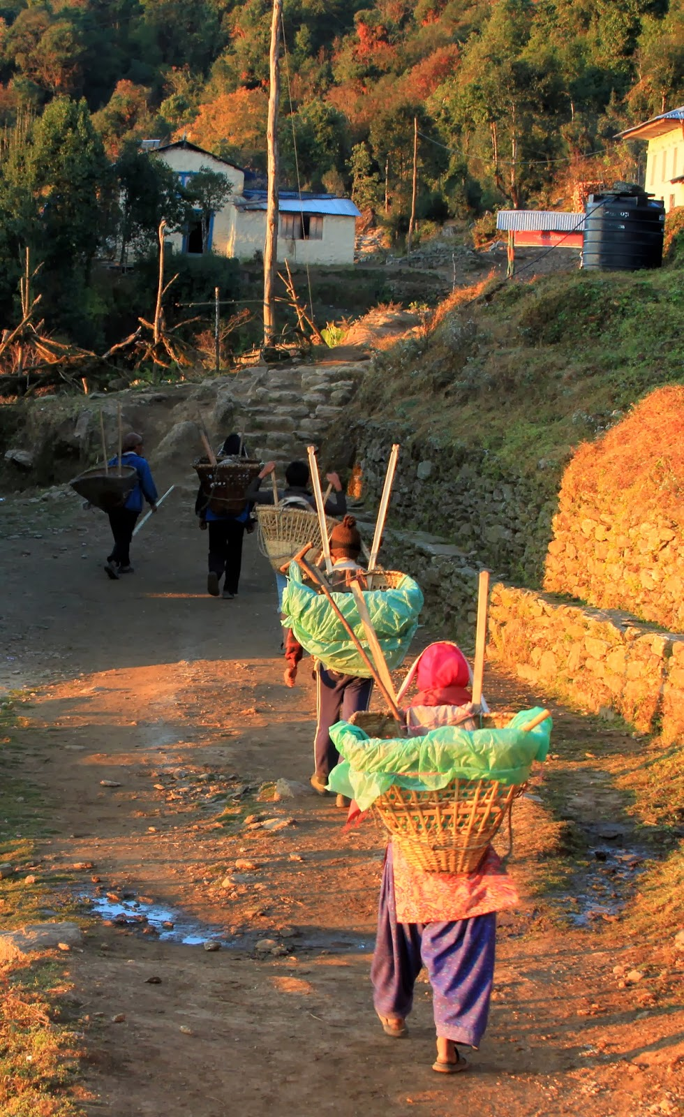 Porters children and adult to Nele Solukhumbu