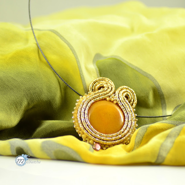 Złoty wisior soutache do wiosennej sukienki. Wykonanie - multanka.