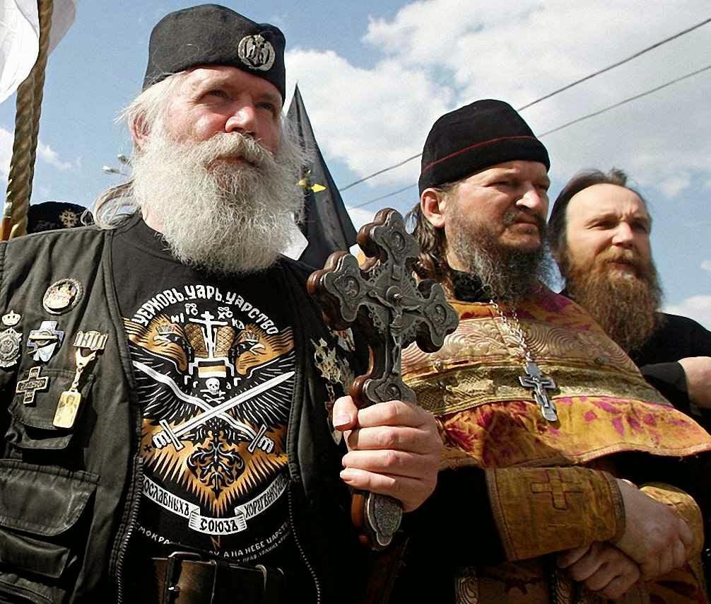 Aleksandr Dugin (direita): em protesto esotérico-religioso com sacerdote 'ortodoxo' contra a Ucrânia