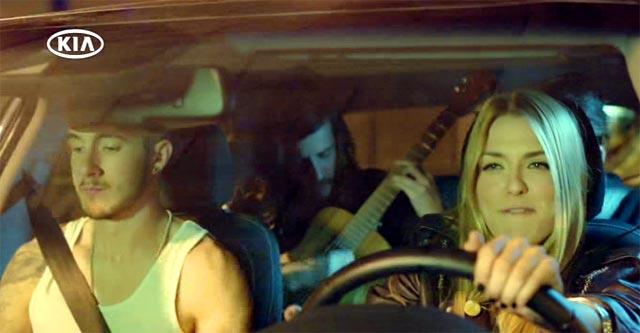En el coche cantando