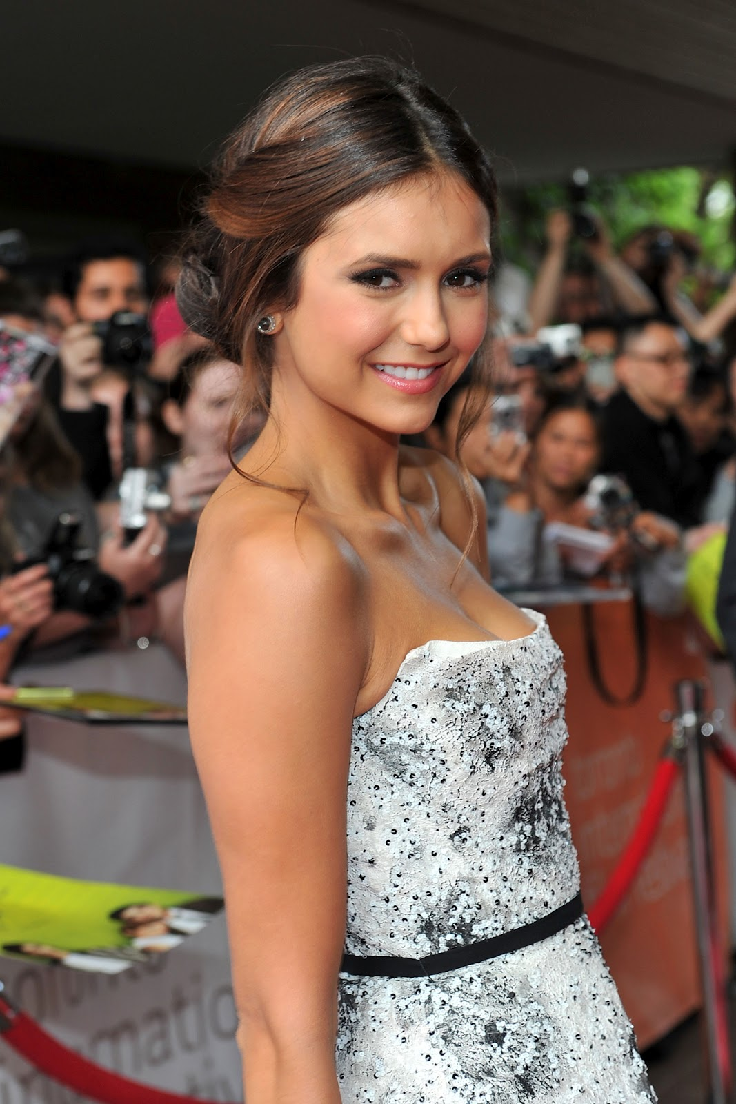 http://1.bp.blogspot.com/-qnyaUpZ7Sa8/UEyknilu2ZI/AAAAAAAAAdQ/7Q96z_-vr6I/s1600/nina-dobrev-the-perks-of-being-a-wallflower-premiere-2012-toronto-international-film-festival-tiff-monique-lhuillier-dress.jpg