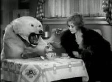 El oso de la compañía