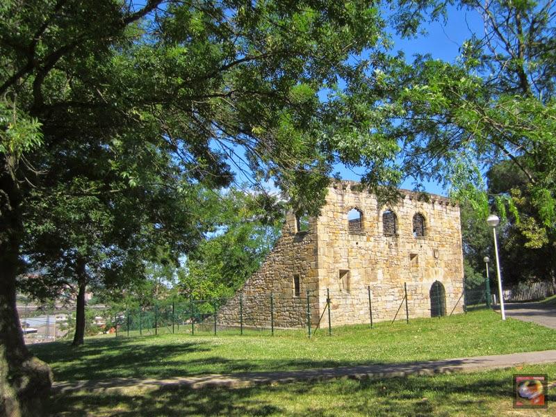 Restos de la Torre de Larrako en el parque de Sarriko (Bilbao)