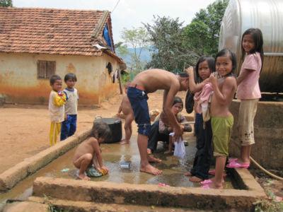 Tây Nguyên: Những ngôi làng lau nhau trẻ nhỏ