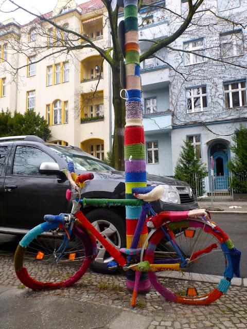 Fahrrad und Laternenmast mit bunter Wolle bestrickt