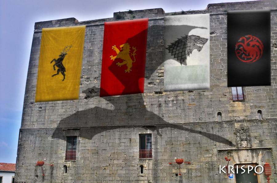 Emblemas de las casas Baratheon, Lannister, Stark, Targaryen y sombra de dragón de Canción de hielo y fuego en parador de hondarribia