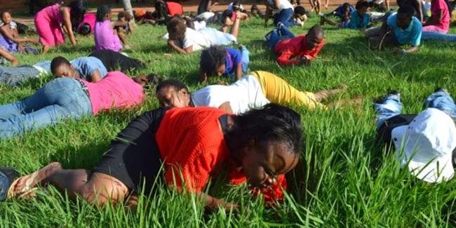Aneh, Jemaat Disuruh Makan Rumput Agar Dekat Tuhan