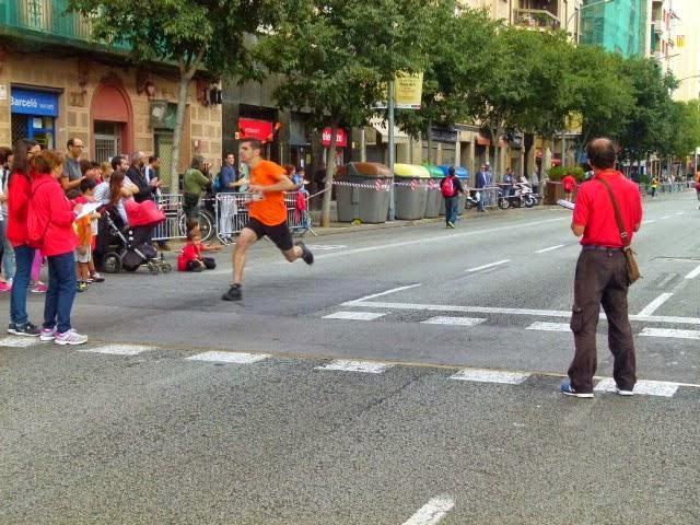 La foto tiene tela, pero soy yo -en pleno derroche de fuerza bruta- llegando a meta. [Imagen: Barcelona Atletisme]