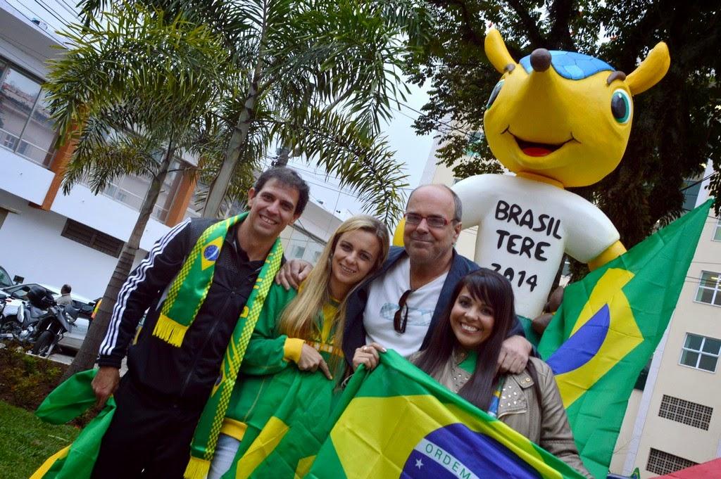 Contribuindo com a decoração da cidade para a Copa: secretário de Turismo Ronaldo Fialho com Leonardo Pinheiro, Débora Santana e Erika Guarilha