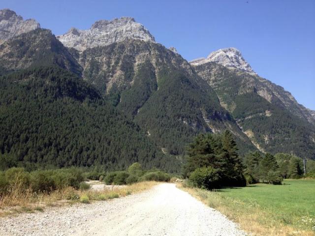 Accedint a la vall de Pineta. Al fons el Mallo Grande ( 2.476 m) i el Mallo Chico (2.343 m)
