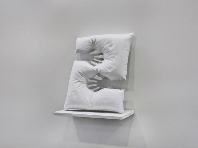 sculpture blanche art contemporain jeune artiste francaise qui monte oreiller céramique moulé représentation de l'absence, galerie d'art pour jeunes artistes, 56 salon d'art de montrouge