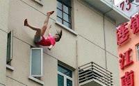 سقوط فتاة الطابق العاشر