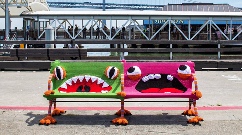 Bancos de aspecto aburrido se convierten en divertidos monstruos tejidos a crochet