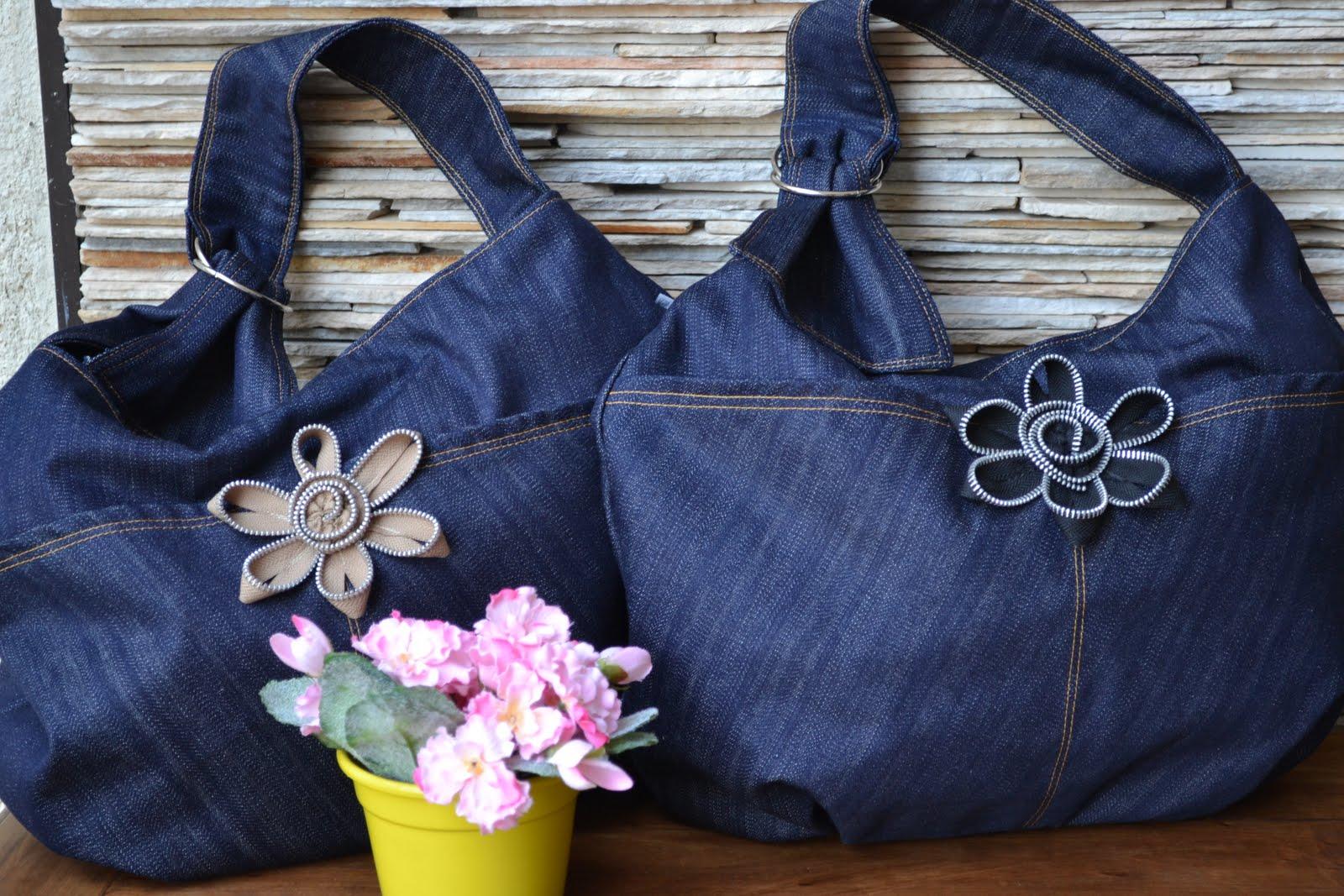 9ce2bc807 Começamos o dia com uma série de Bolsas Jeans com detalhes mil: broches,  aplicações, bordados,laços, flores e mais flores.