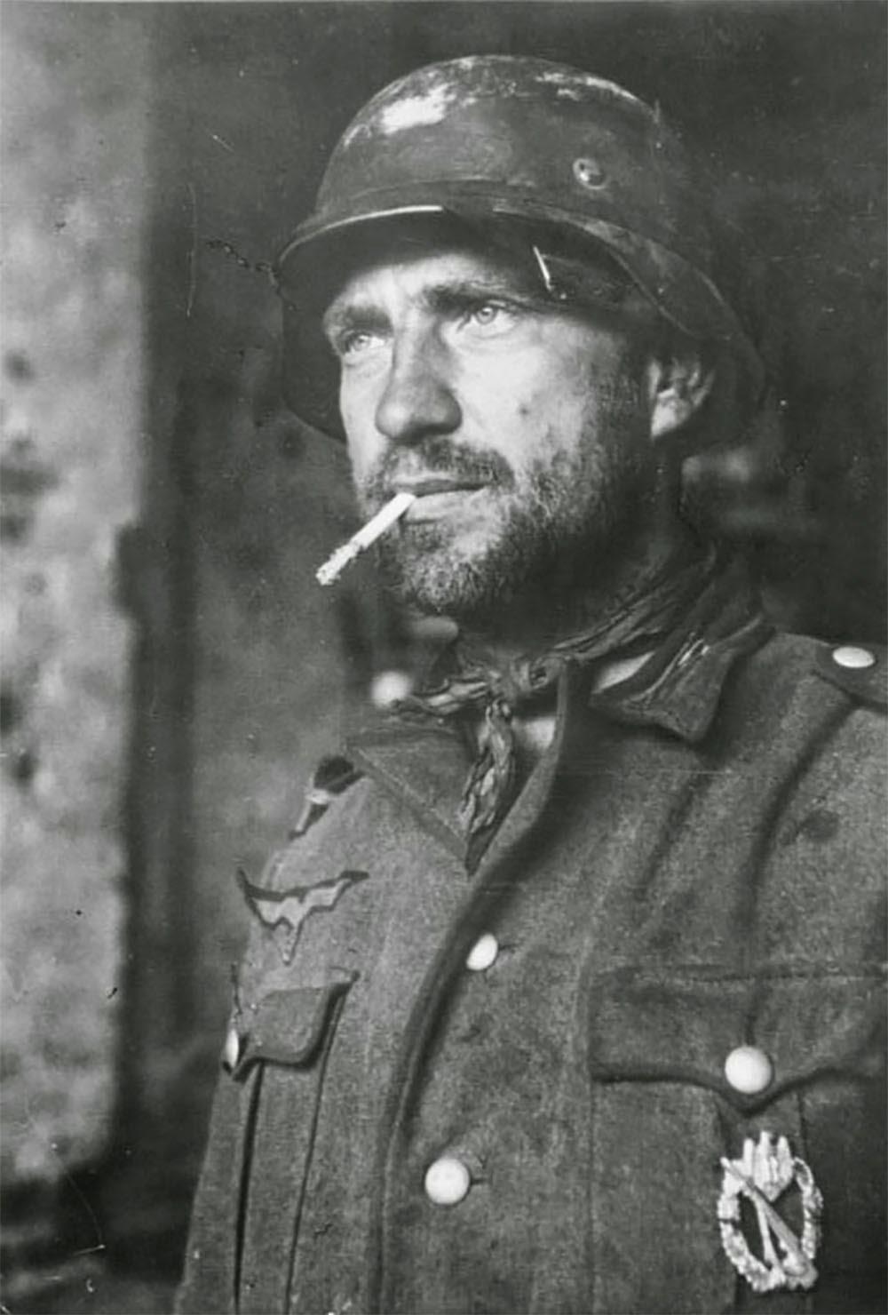 Un soldado alemán con una insignia en el pecho en Stalingrado, 1942