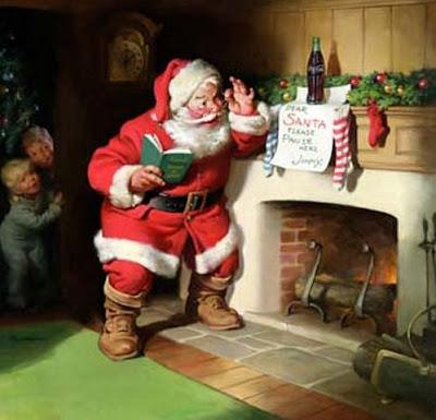 Santa mirando la lista de regalos cerca de la chimenea