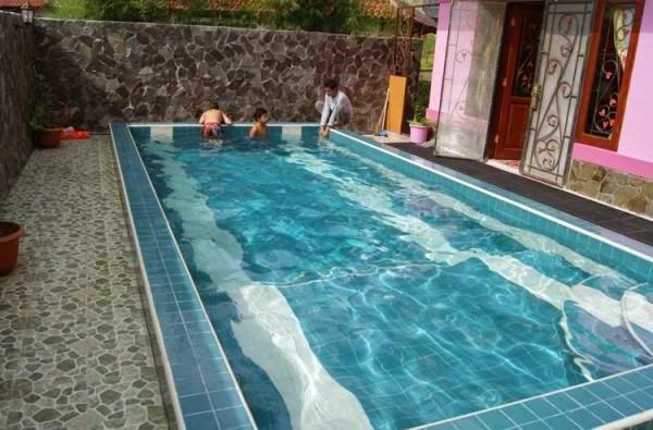 desain kolam renang samping rumah