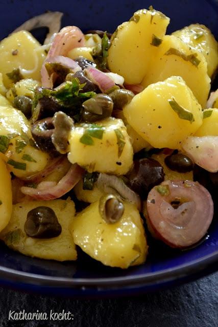 Kartoffeln Kapern Oliven rote Zwiebeln Zitronen