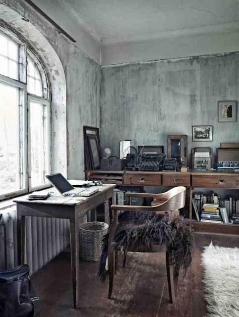 Domowe biuro drewniane meble w klimatycznym wnętrzu