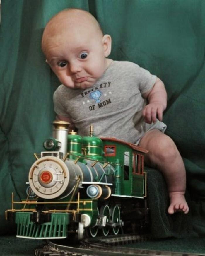 Foto ekspresi bayi lucu dan menggelikan
