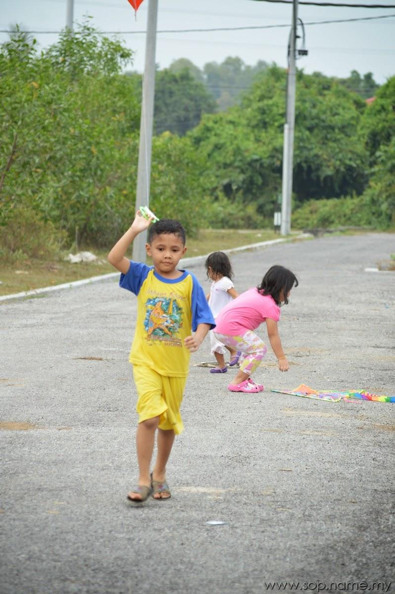 Foto - Auni bermain layang-layang