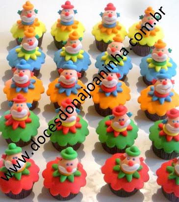 Cupcake decorado com o tema circo palhaço