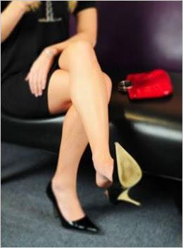 mulher balançando o sapato linguagem corporal feminina sinais corporais do desejo feminino