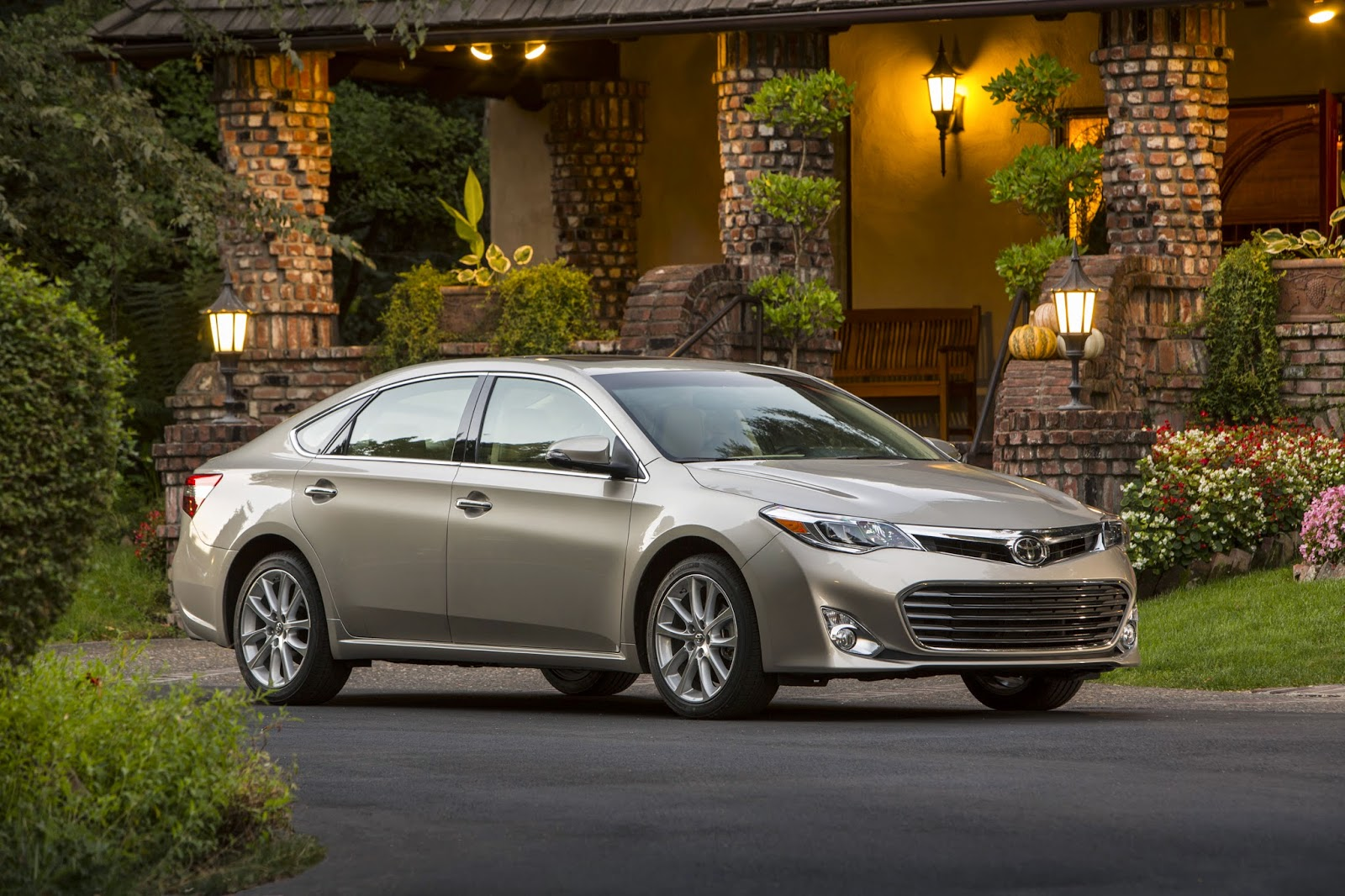 Front 3/4 view of 2015 Toyota Avalon Limited