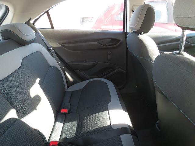 Chevrolet Onix 1.0 LS - espaço interno traseiro