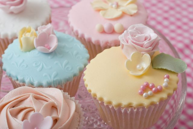 Cake Decorated With Cupcakes : Vintage and Cake: Vintage Cupcake Decorating Workshops