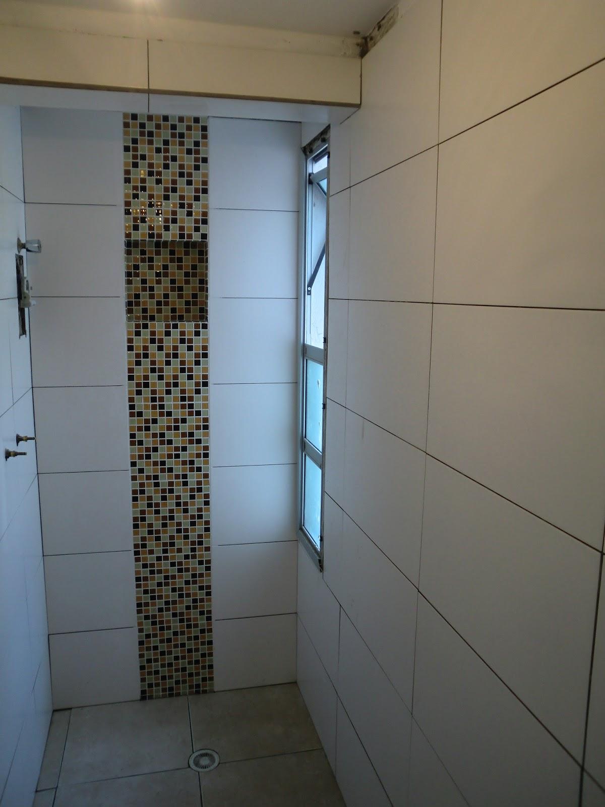 Banheiro pequeno reformado com pastilha rejuntando revestimentos  #0984C2 1200x1600 Acabamento Banheiro Pequeno