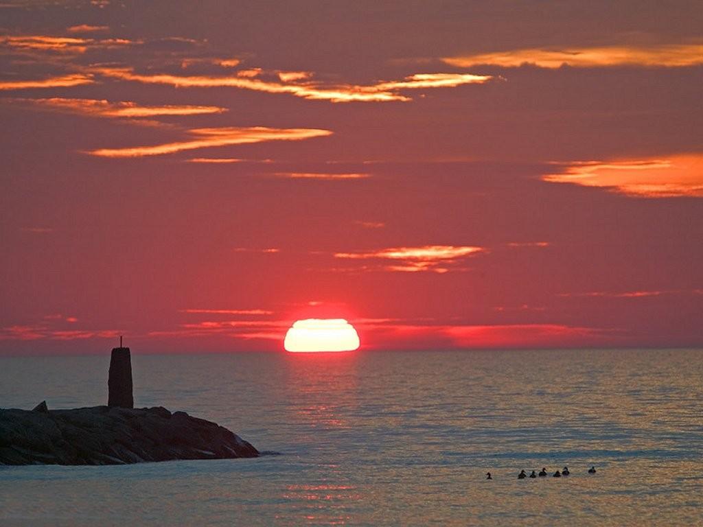 Tramonto rosso sul mare immagini e sfondi per ogni momento for Sfondi desktop tramonti mare
