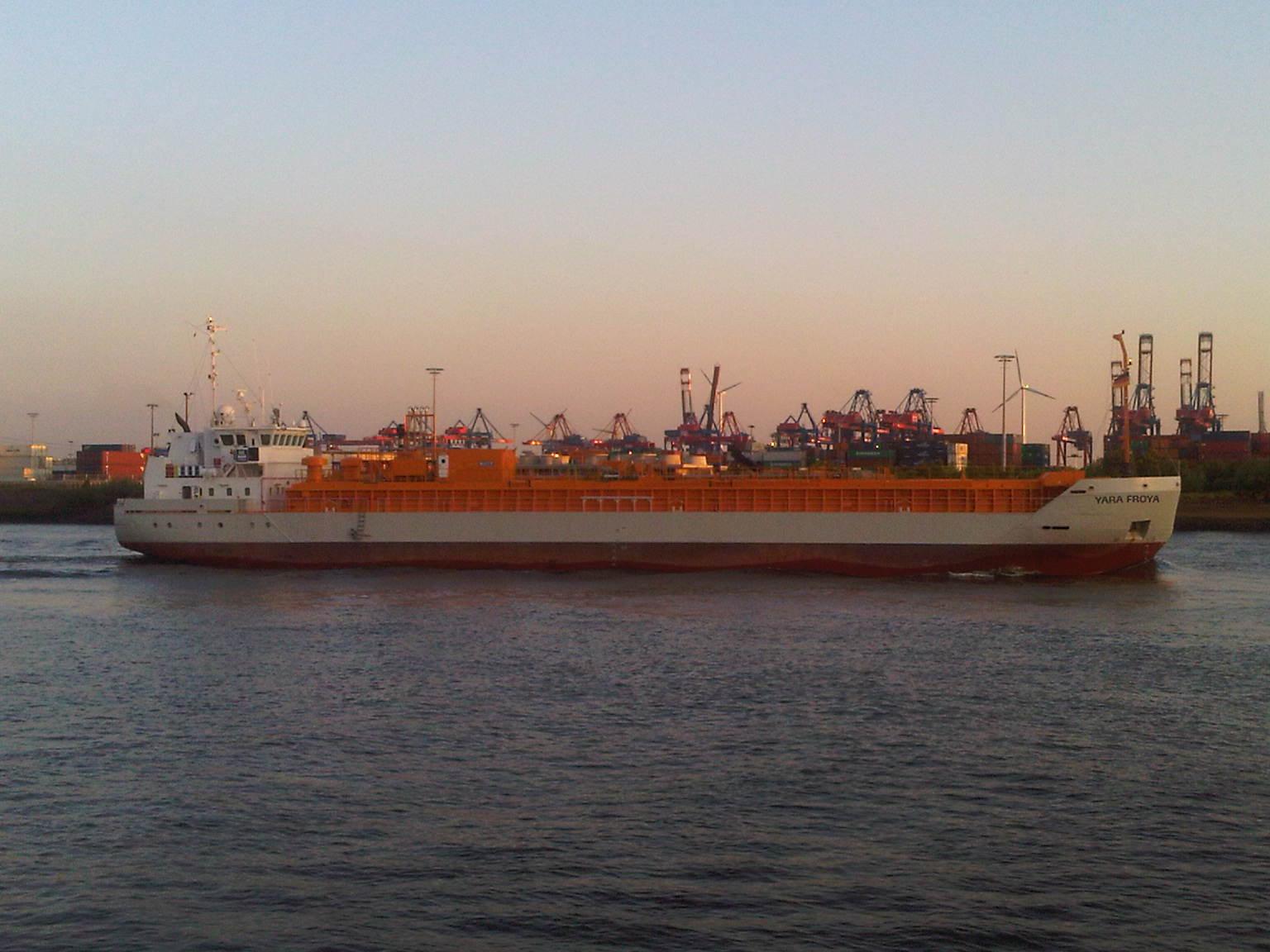 Frachter Yara Froya im Hamburger Hafen. Im Hintergrund Container Terminal.