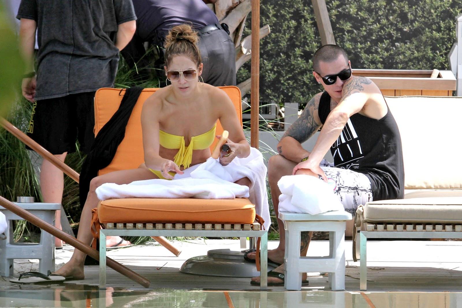 http://1.bp.blogspot.com/-qtsyOJCAloE/UEEG5QfKmVI/AAAAAAAAZm4/LcLfWLfwNfE/s1600/jennifer_lopez_yellow_bikini_d_15.jpg