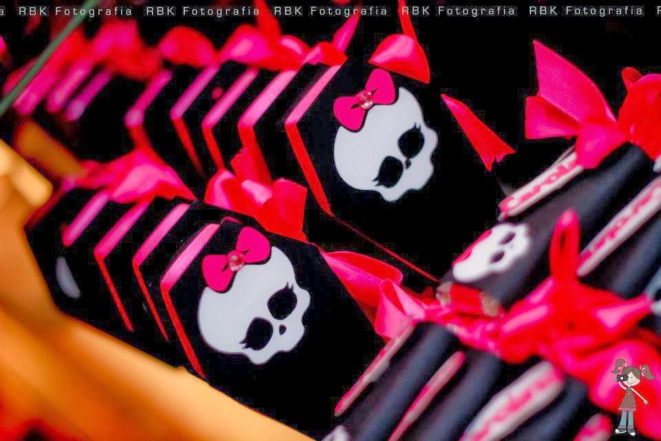 Caja Ataúd de Monster High en negro con calavera.