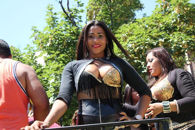 imagenes del desfile ecuatoriano de Queens New York - hermsoa  mujer negra ecuatoriana