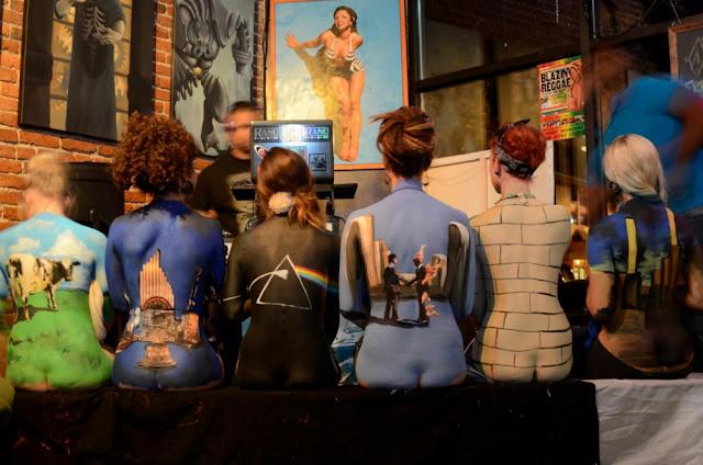 Imitación de la foto promocional del Pink Floyd back catalogue con seis chicas