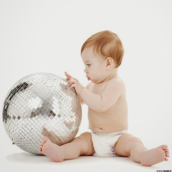 Beau bébé garçon qui joue
