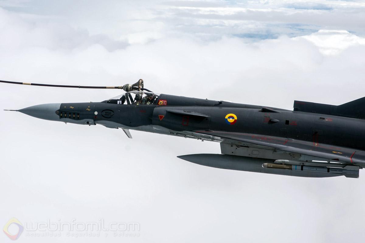 Una de las características mas notorias del Kfir C-10 de la Fuerza Aérea Colombiana es la presencia de una sonda de reabastecimiento de combustible en vuelo que le permite extender su radio de operación.