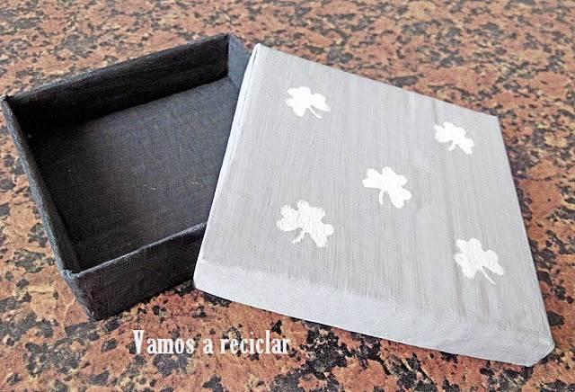 Cajita de cartón decorada con stencil
